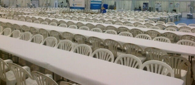 sillas y mesas comida rsm producciones